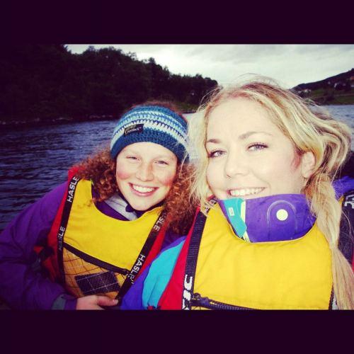 Henriette (fremst) og Chrissy i Geirangerfjorden i sommer
