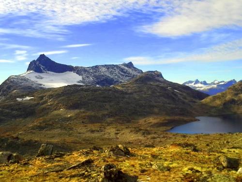 Verdens vakreste oktoberdag i Jotunheimen. Mot Falketind